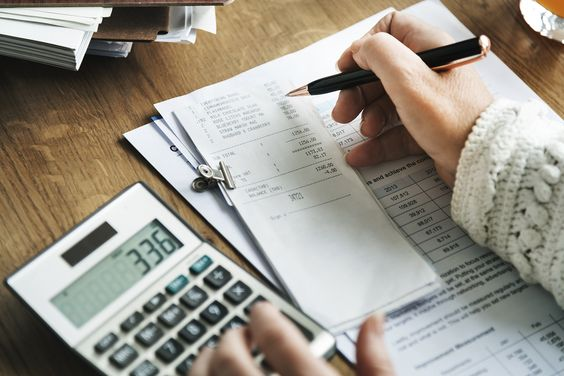 Deciding Between Bookkeeping Software and Bookkeeping Service